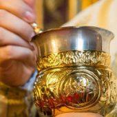 E nevoie de mai multe lingurițe pentru Sfânta Împărtășanie?